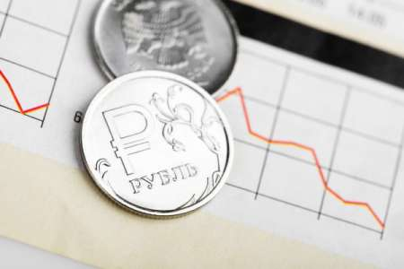 Аналитики назвали причины падения курса рубля
